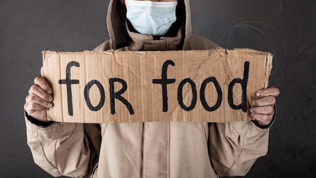 食べ物を求めているホームレスの人、サインを手伝ってください。
