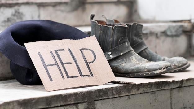 助けを懇願するホームレスの人