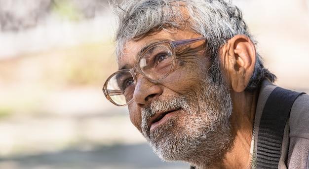 도시에서 야외에서 노숙자 아주 오래된 거지 남자가 돈 기부를 요청합니다.