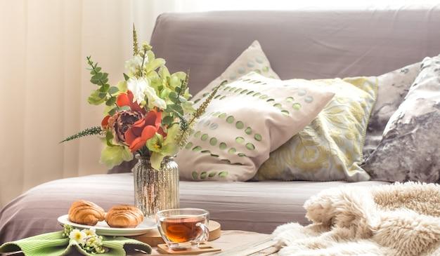 居間で家庭的な居心地の良い春のインテリア