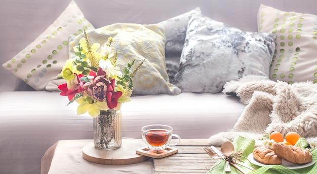 リビングルームの家庭的な居心地の良い春のインテリア