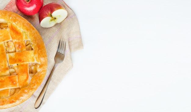 コピースペースと白いテーブルの上のリンゴと自家製アメリカンアップルパイ