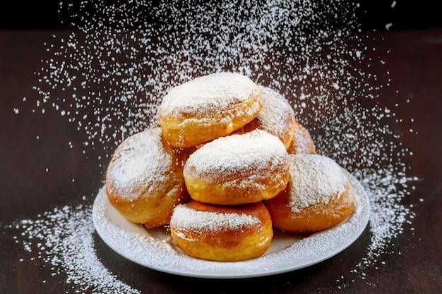 Домашние американские пончики с сахарной пудрой