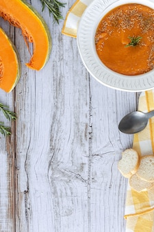 木製のテーブルの上からパンと自家製の健康的なカボチャクリーム。フラットレイ