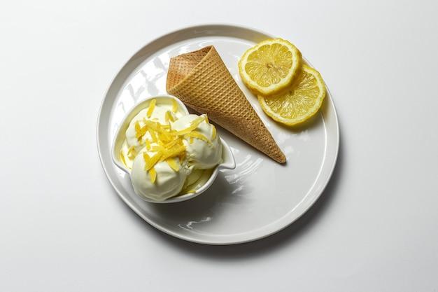 コーンで自家製のさわやかな天然レモンアイスクリームボール