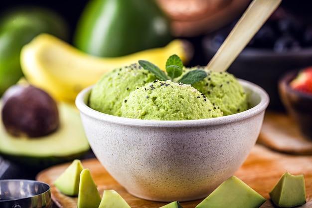 우유없이 만든 수제 및 비건 아보카도 아이스크림, 표면에 과일