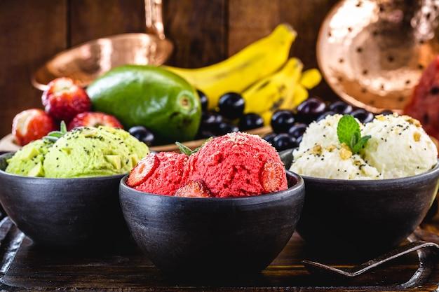 우유없이 만든 수제 및 비건 딸기 아이스크림, 표면에 과일