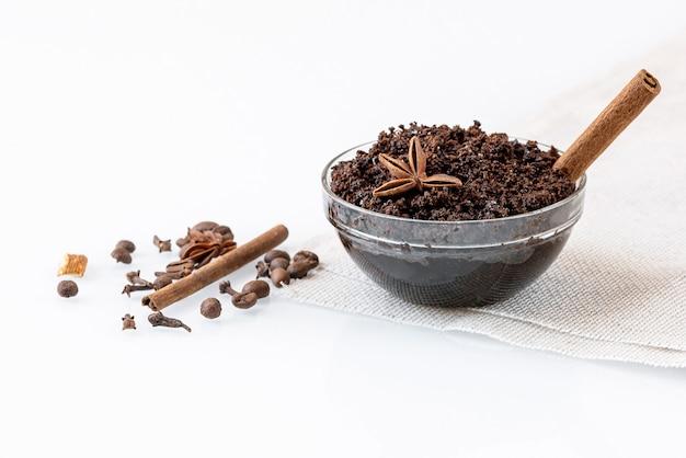 挽いた天然コーヒー、シナモン、その他のスパイスを使った自家製アンチセルライトスクラブ