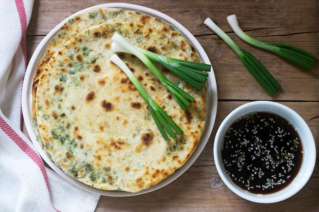 직접 만든 식욕을 돋 우는 scallion 팬케이크와 파의 무리. 소박한 스타일.