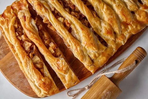木の板に自家製のリンゴとナッツのパイ。家で食べる