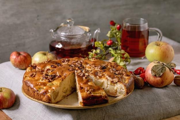 Домашний яблочный пирог со свежими садовыми яблоками