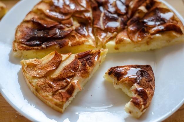 シナモンと蜂蜜をのせた自家製アップルチーズケーキ