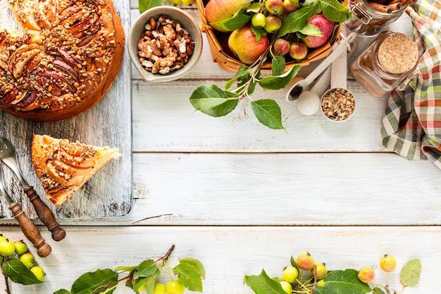 집에서 만드는 사과 파이 및 재료 흰색 나무 배경. 평면도. 공간 복사