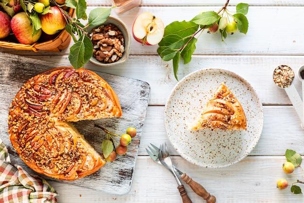 집에서 만드는 사과 파이 및 재료 흰색 나무 배경. 평면도.