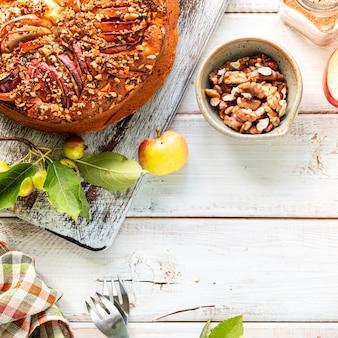 집에서 만드는 사과 파이와 흰색 나무 표면에 재료