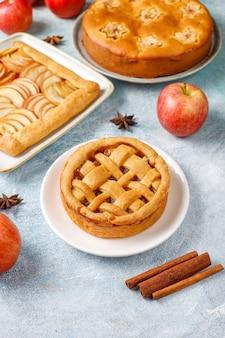 Домашний яблочный пирог, пирог и галет.