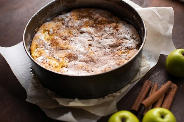 Домашний яблочный пирог в форме для выпечки на кухне