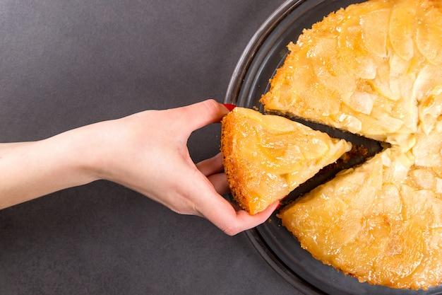 Домашний яблочный пирог на каменной столешницей.