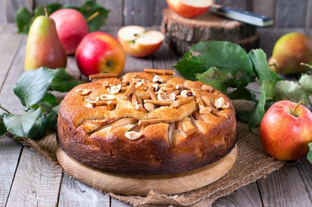 Домашний яблочный пирог на деревянном столе