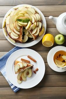 테이블에 집에서 만드는 사과 파이 클로즈업