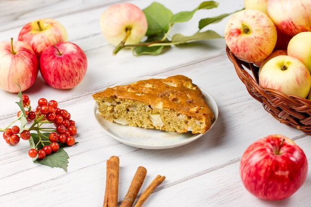 シナモンとバックグラウンドで新鮮な熟したリンゴの自家製アップルパイ