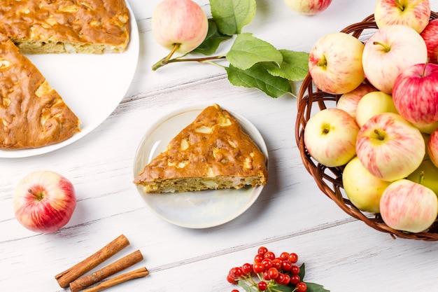 Домашний яблочный пирог с корицей и свежими спелыми яблоками