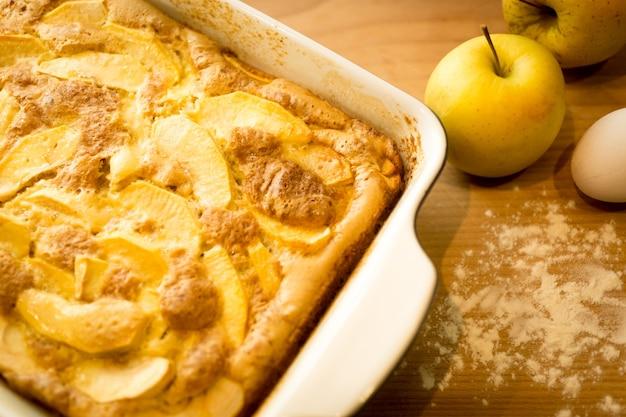 나무 식탁에 신선한 사과로 만든 사과 파이