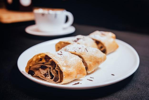 Домашние яблочные пироги, украшенные шоколадом