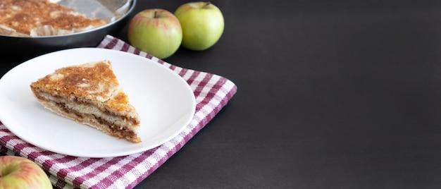 暗い背景に自家製アップルパイ。秋のデザート。