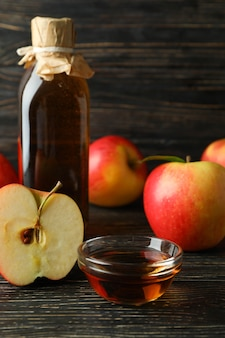 수제 사과 식초와 재료 나무에