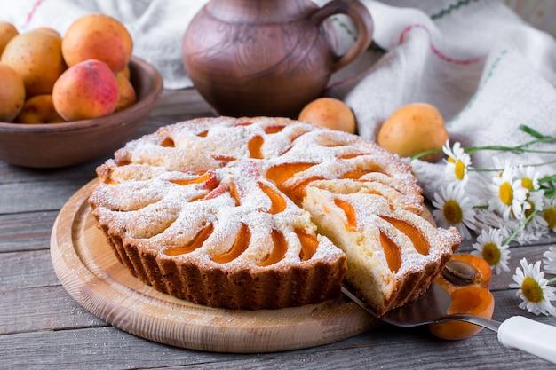 Домашний абрикосовый пирог на деревянном столе