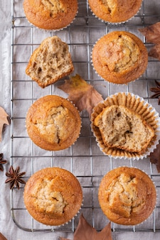 自家製の秋のケーキまたはナッツとスパイスのマフィン