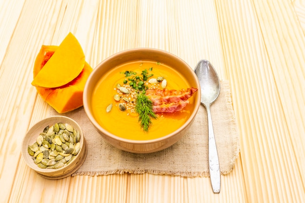 Осенний горячий суп из тыквы с копченым беконом и семечками
