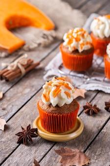 自家製の秋のカボチャのカップケーキまたはナッツとスパイスのマフィン