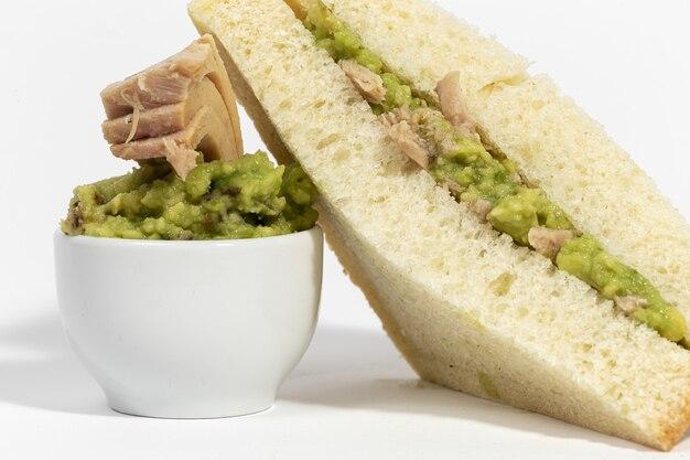 マグロの自家製アボカドサンドイッチ。健康食品のコンセプト。孤立