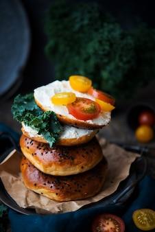 Домашние бублики с сыром и овощами на бранч