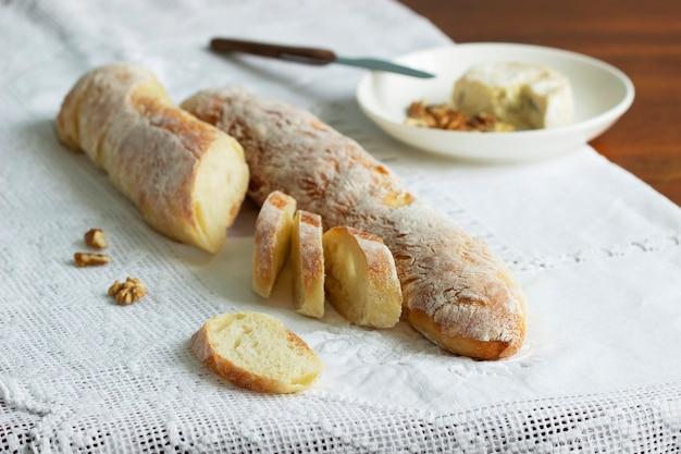 ブルーチーズとナッツを添えた自家製バゲット。素朴なスタイル、セレクティブフォーカス。