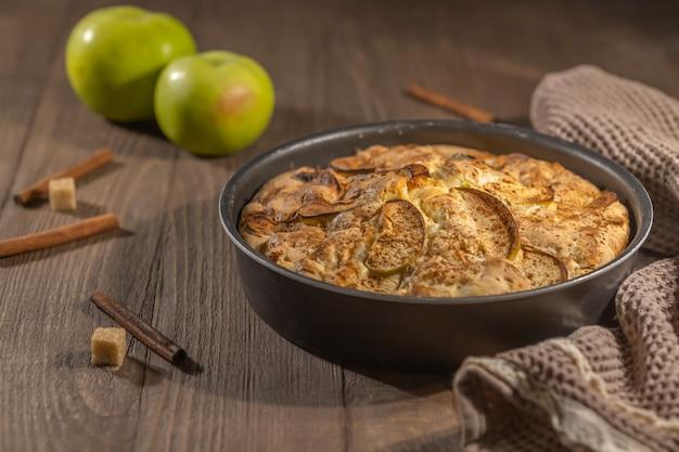 계피를 곁들인 홈메이드 구운 사과 파이, 방금 구운 케이크, 추수 감사절 베이킹 개념