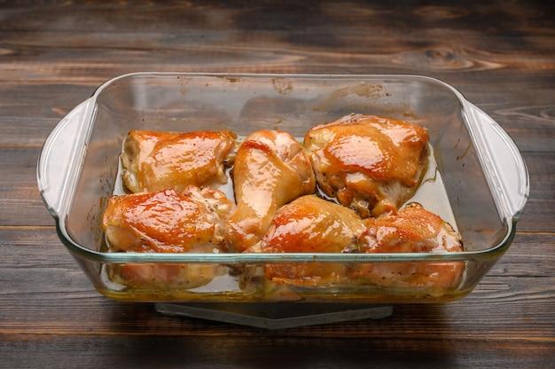 유리 쟁반에 간장과 향신료로 만든 구운 닭 허벅지
