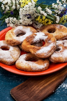 Домашние запеченные пончики на тарелке
