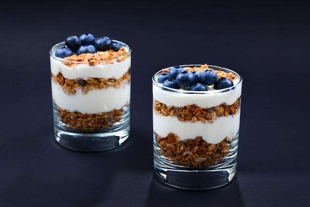 Домашняя запеченная мюсли с йогуртом и черникой в стакане