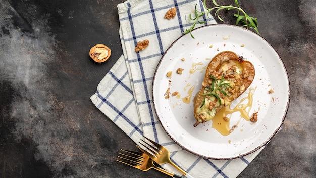 Домашние запеченные груши с голубым сыром, горгонзолой, медом рокфор и грецкими орехами. меню ресторана, диета, рецепт поваренной книги