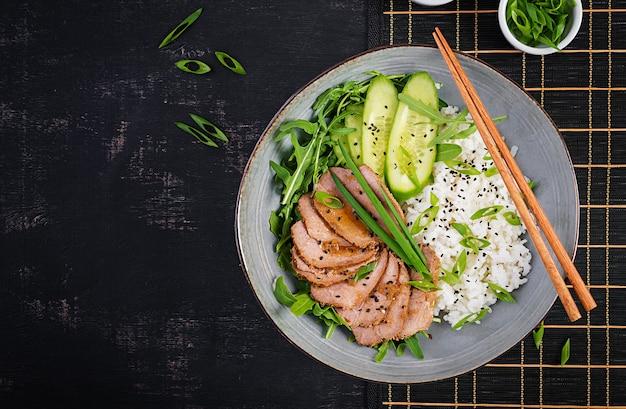 Домашняя запеченная нарезанная говядина и миска риса с салатом. диетическое меню. вид сверху, плоская планировка