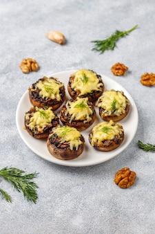 신선한 딜과 치즈로 만든 구운 박제 샴 피뇽 버섯