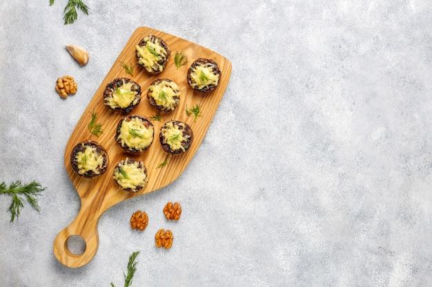 Домашние печеные фаршированные шампиньоны со свежим укропом и сыром