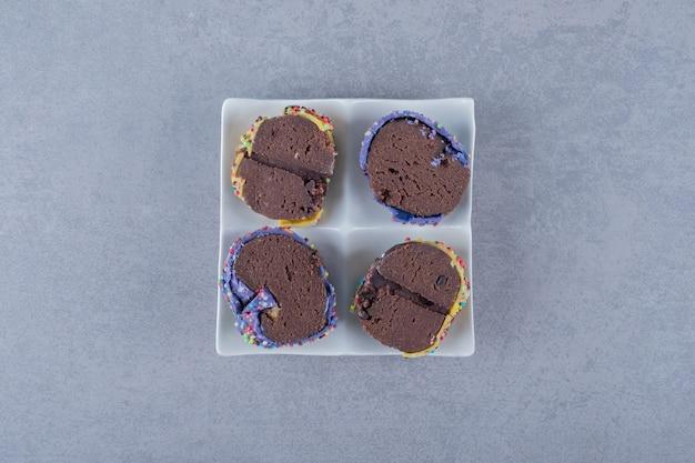 自家製ベーカリー。白いプレートにチョコレートケーキのスライス