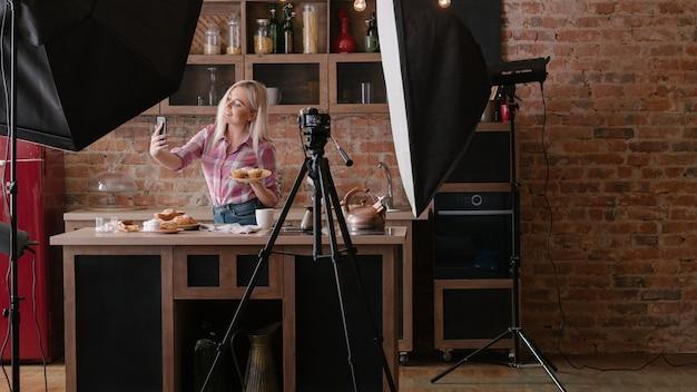 수제 빵집. 요리 블로그. 백 스테이지 사진. selfie를 복용 파이와 젊은 여자를 웃 고