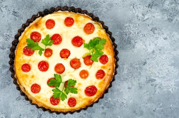 Домашняя выпечка. закусочный пирог с помидорами черри. студийное фото.