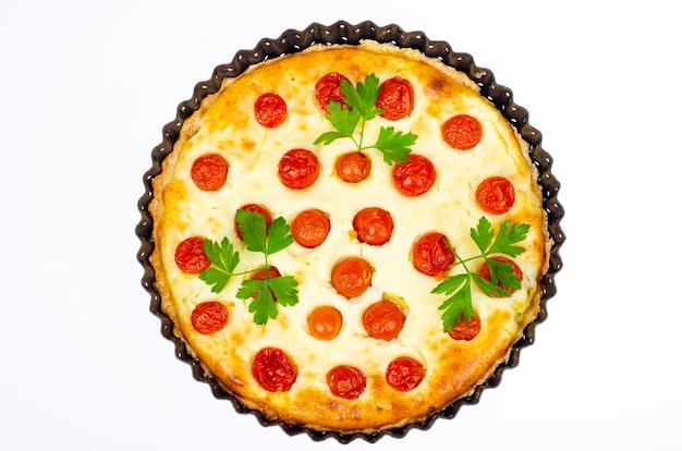 Домашняя выпечка. закусочный пирог с помидорами черри. студийное фото. Premium Фотографии
