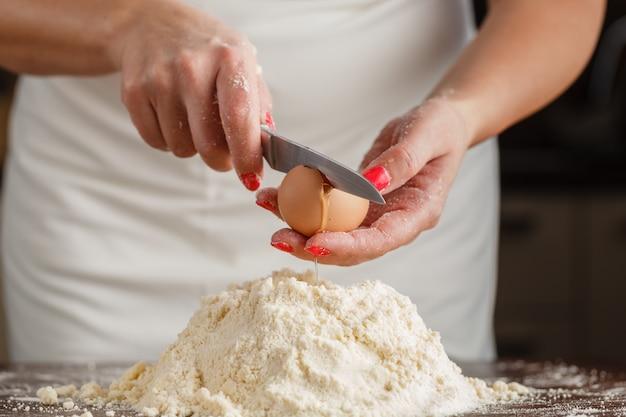 自家製のベーキング、バター、小麦粉、砂糖、バニラの種子を示すキッチンシーン